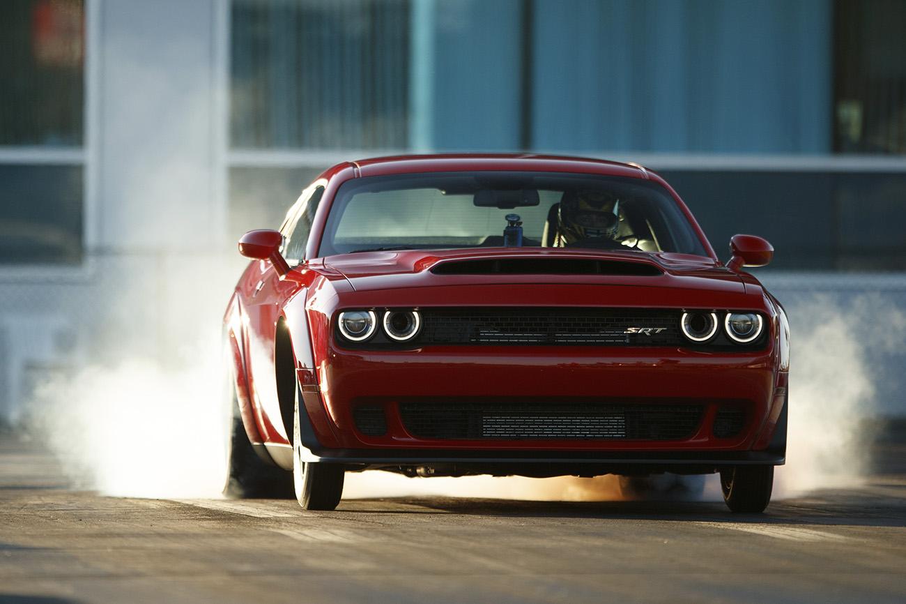 Repare nos pneus dianteiros mais finos e leves: com eles, o Demon arranca mais rápido