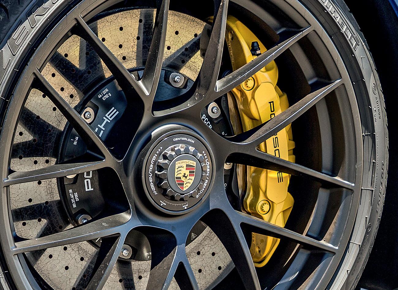 As rodas com porca única no eixo de cubo rápido caracterizam os 911 GTS