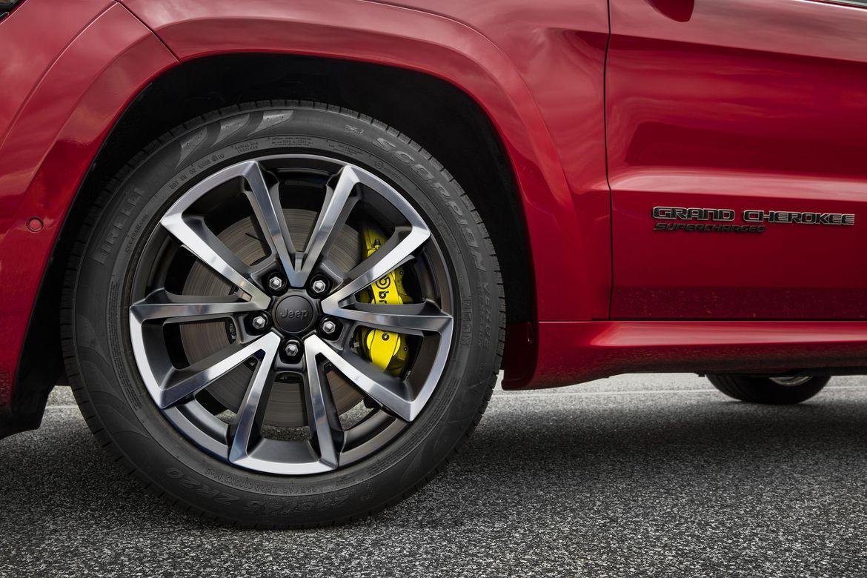 Discos de freio de quase 16 polegadas e pinças Brembo com até seis pistões