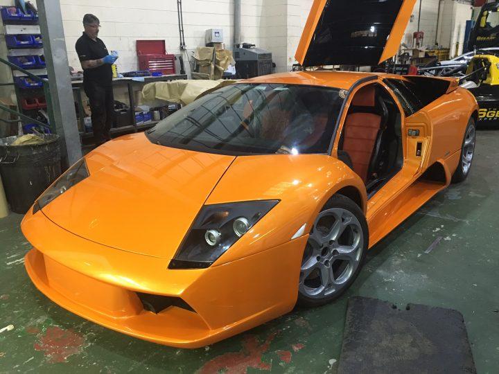 O Murciélago recuperado, com as rodas do modelo 2006 e sem as partes da carroceria pintadas de preto