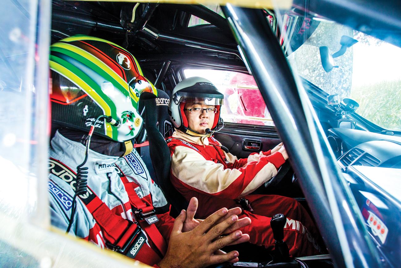 Dentro do carro, piloto e navegador, se falam por rádio