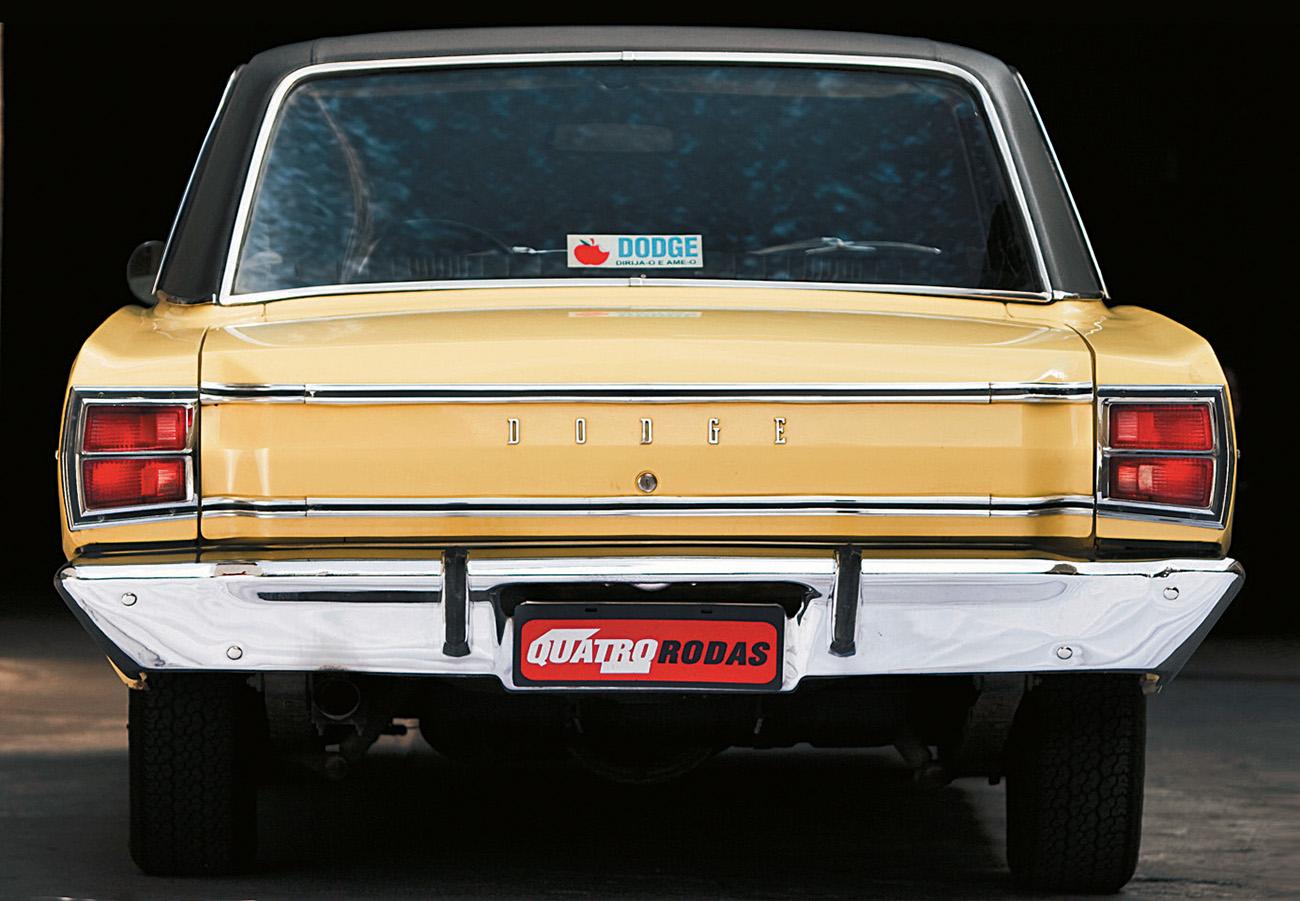 A traseira sóbria é emoldurada pelo largo parachoque cromado, ao estilo anos 70