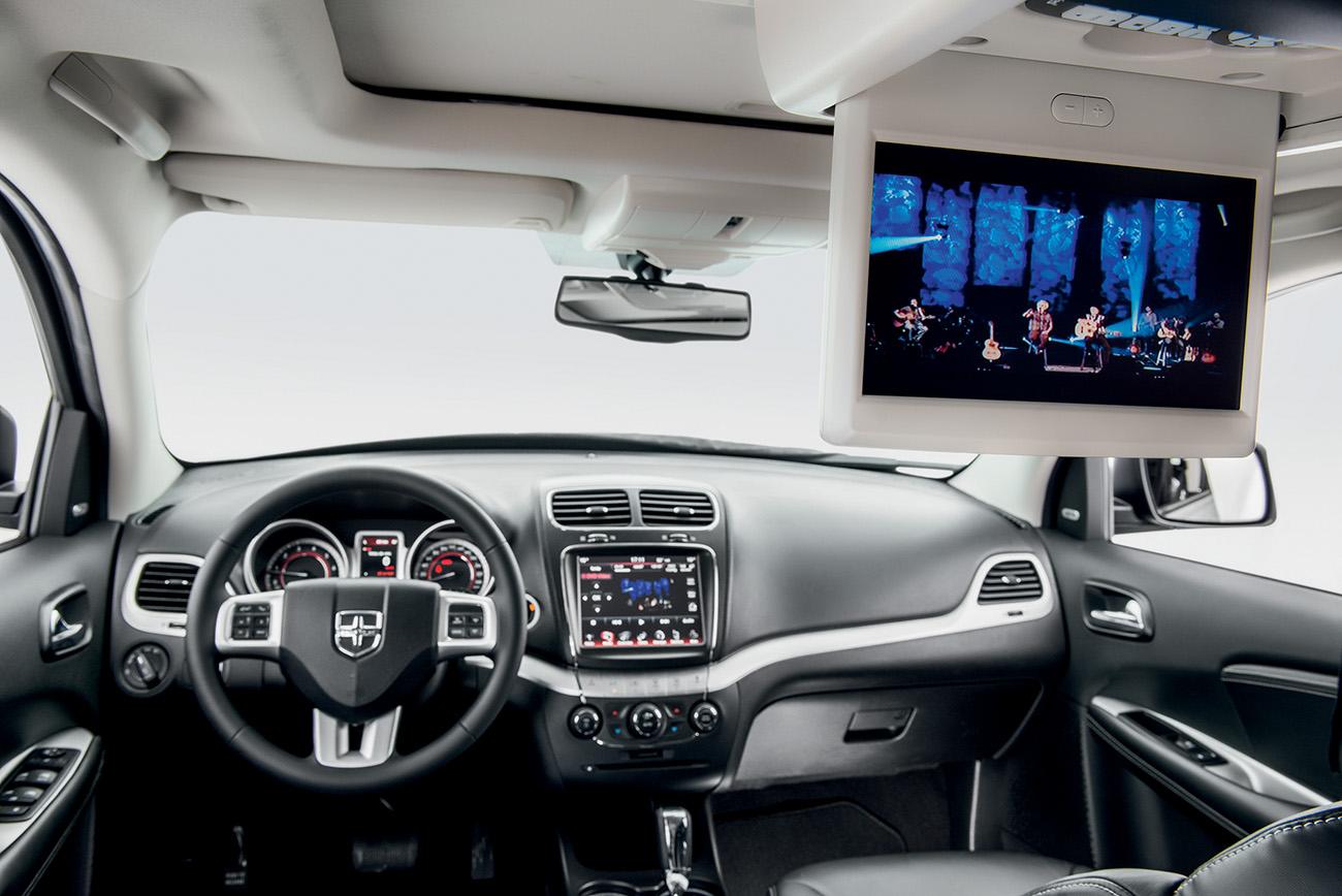 Versão R/T AWD oferece tela retrátil de 9 pol. no teto