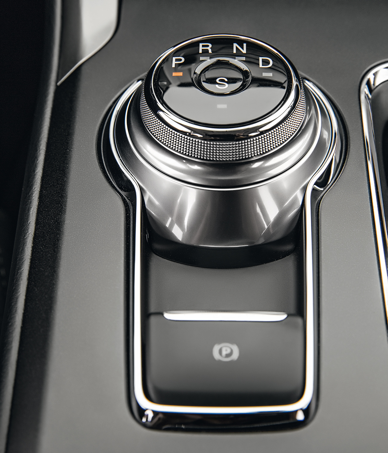 Fácil de operar, seletor giratório de marchas lembra os modelos da Jaguar
