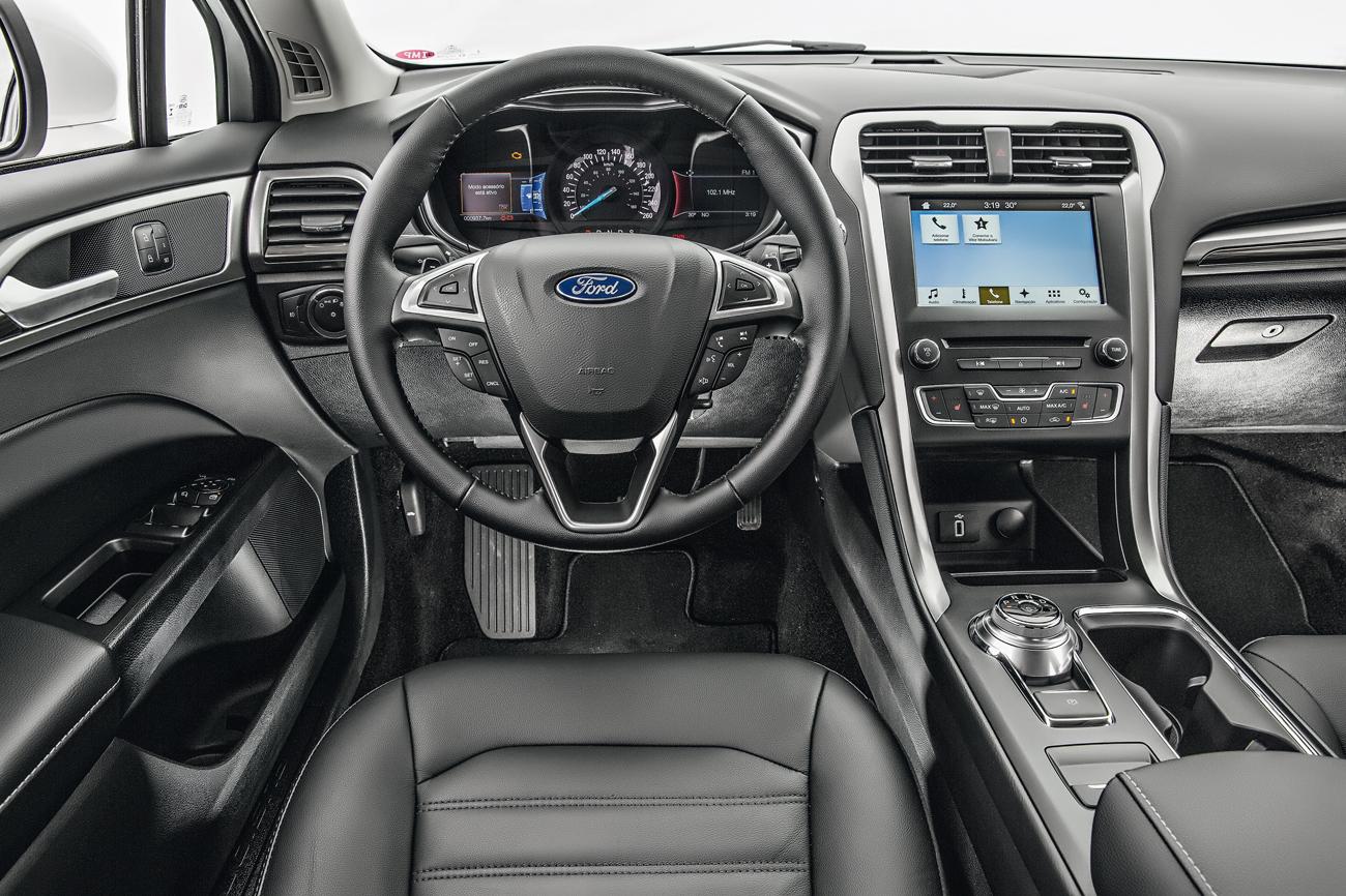 Cabine é confortável e traz comandos de som, telefonia e piloto automático agrupados no volante multifuncional