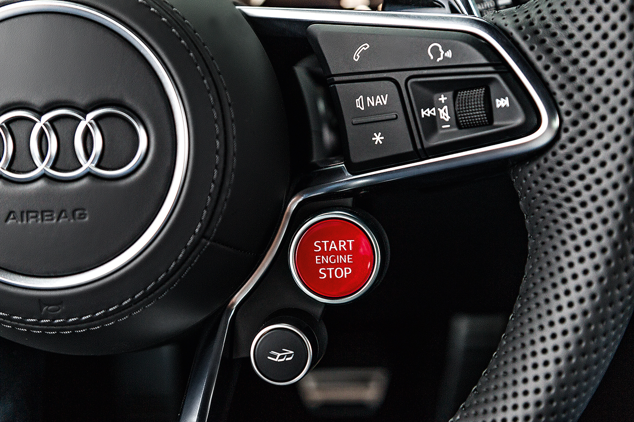 No volante botão de partida e até de ajuste de sonoridade do escapamento