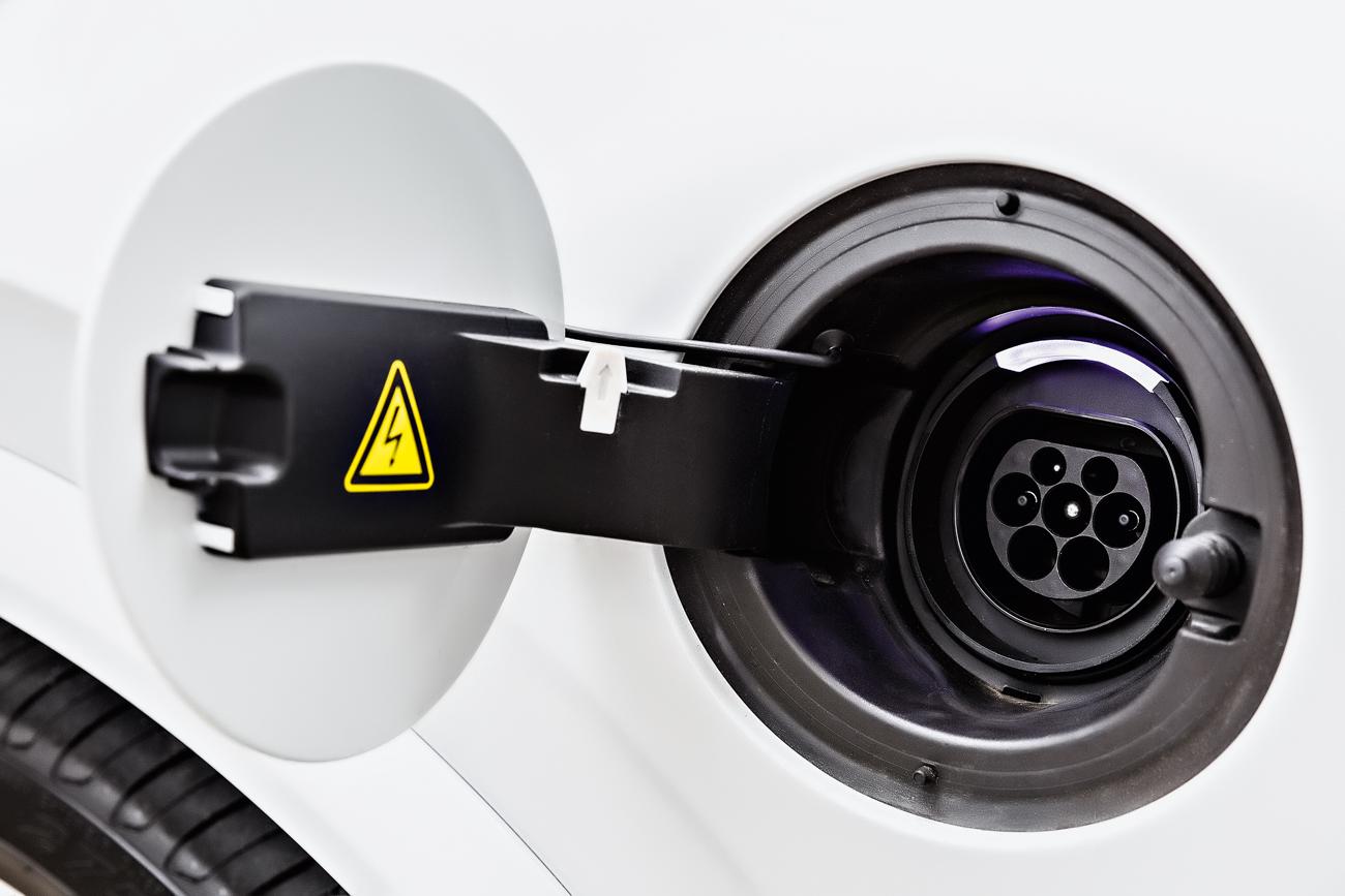 Carregar a bateria leva 6 horas em uma tomada de 220 volts, mas a Volvo paga a instalação do ponto de recarga na sua casa