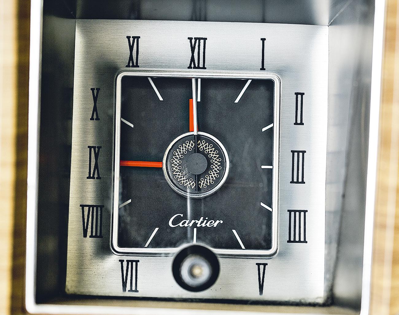 Relógio analógico Cartier traz sofisticação para o painel
