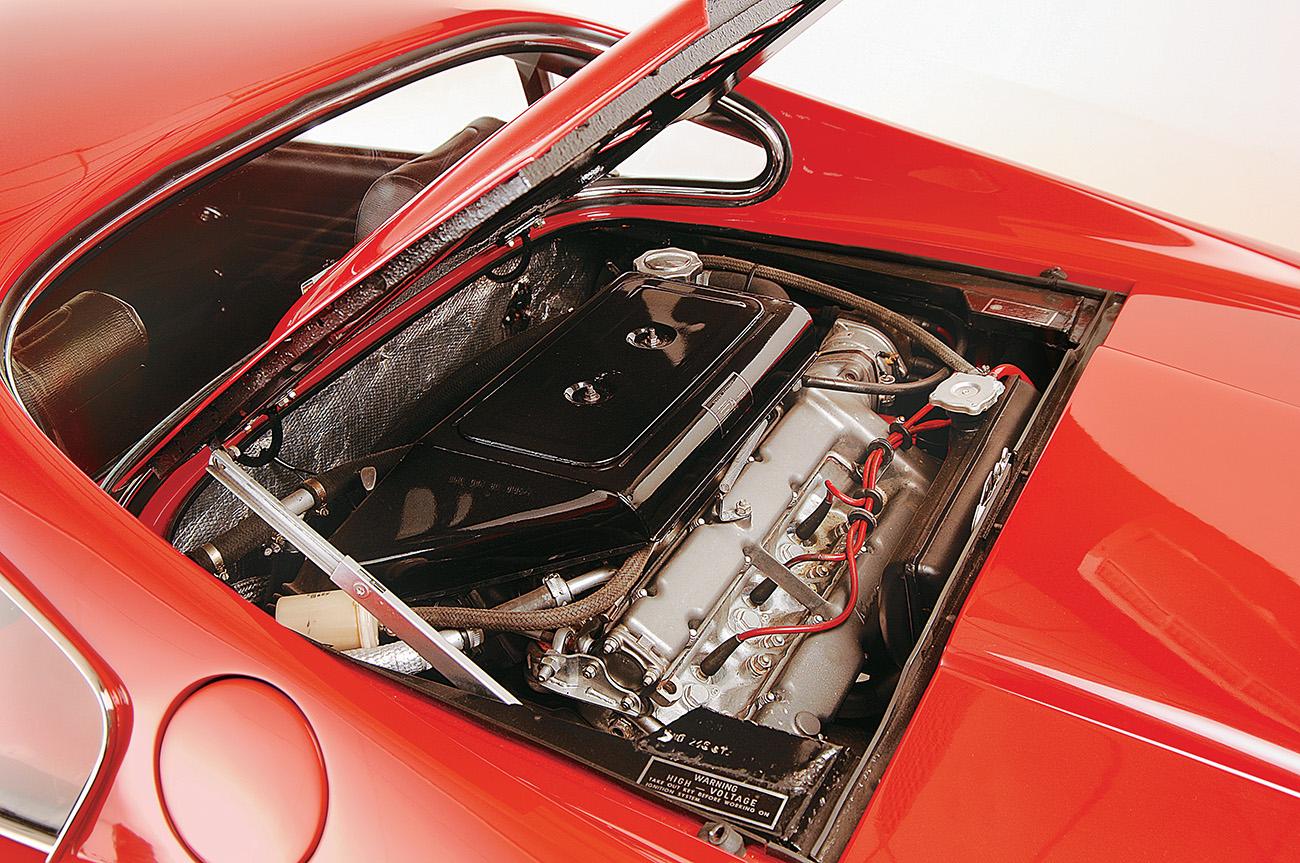 O motor vinha com três carburadores duplos Weber 40; atrás dele ficava o porta-malas