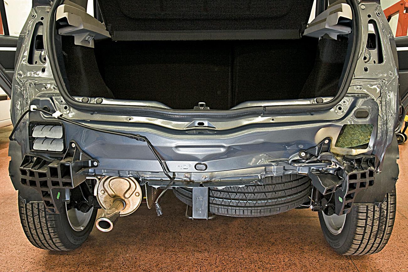 Este é o estado do Sandero sob o pára-choque: o crash-box à direita foi destruído