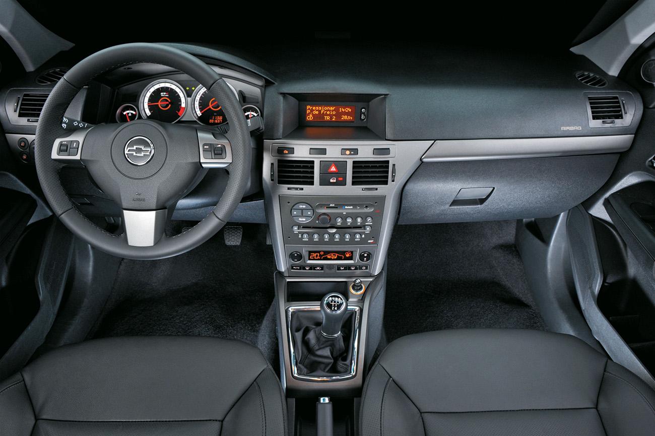 Airbag duplo e ar-condicionado digital vinham de série em ambas as versões