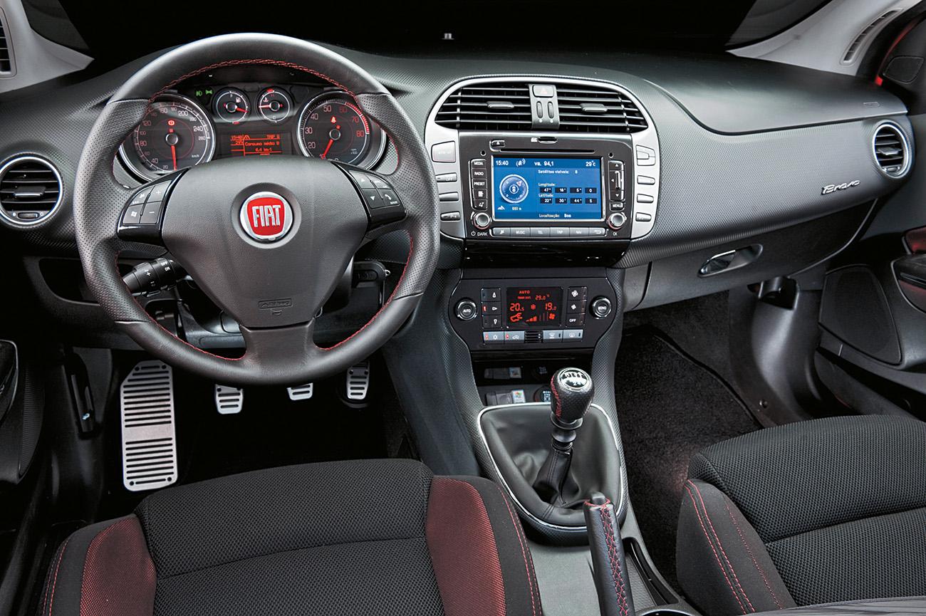 Interior com bom acabamento usa costura vermelha para dar tom esportivo