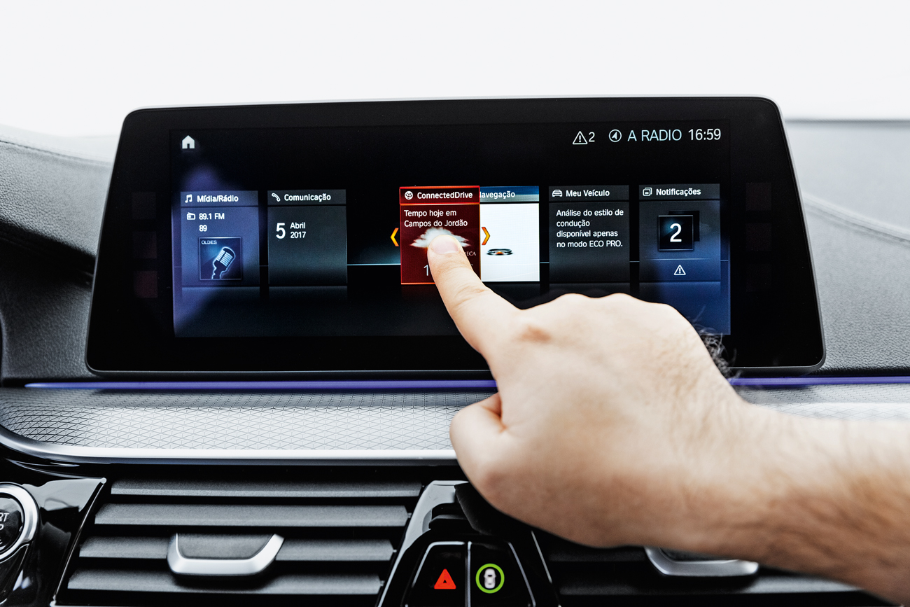 Tela touchscreen de 10,2 polegadas: enfim a BMW lembrou da tecnologia