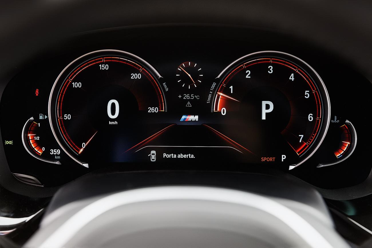 A tela digital muda de aparência de acordo com o modo de condução selecionado