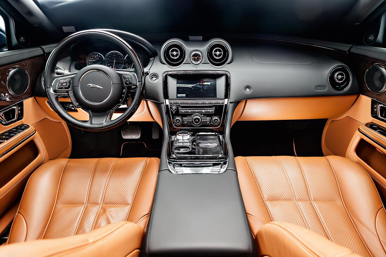 O Jaguar tem couro nos bancos, no painel e no teto