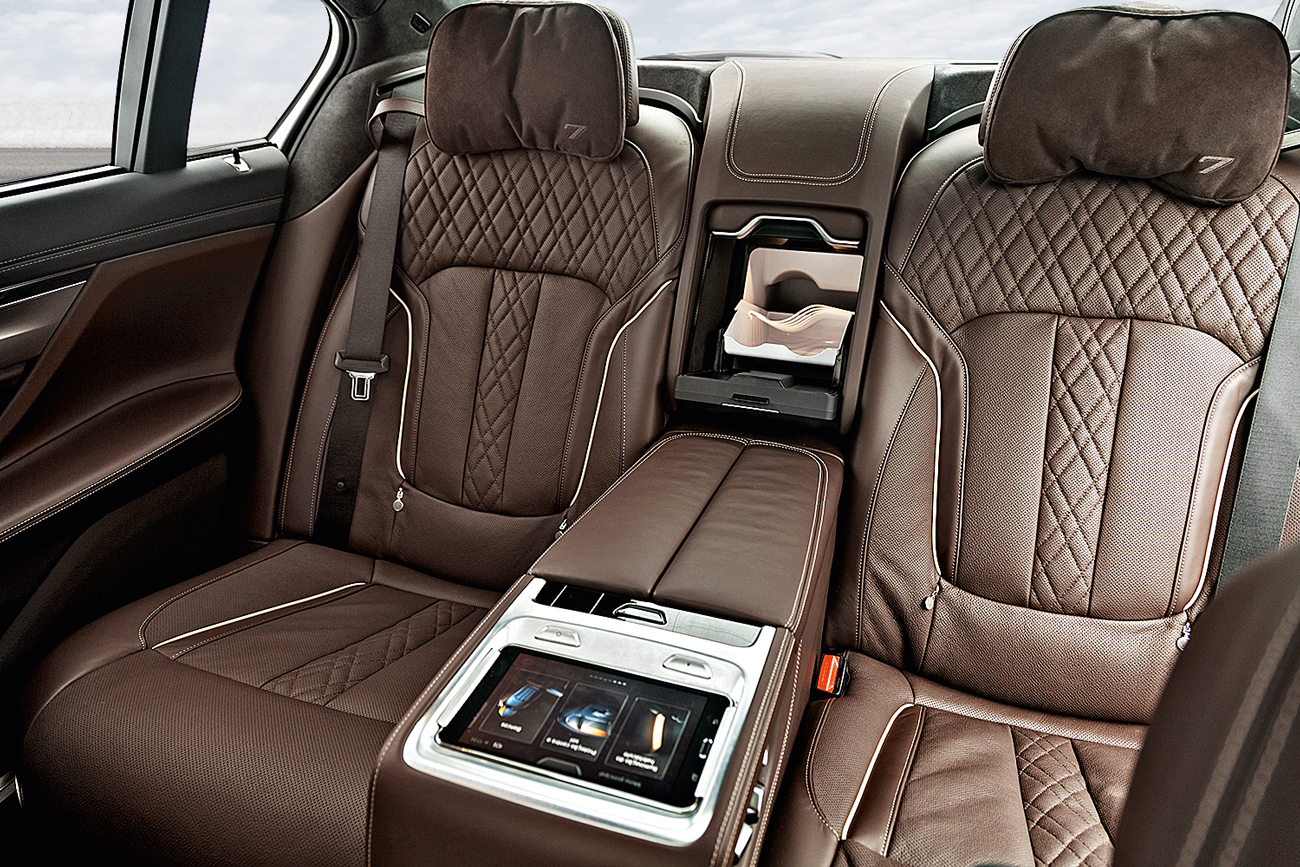 Os passageiros do banco de trás dispõe de um tablet, pelo qual é possível regular o ar-condicionado e a posição dos bancos. Também contam com um frigobar