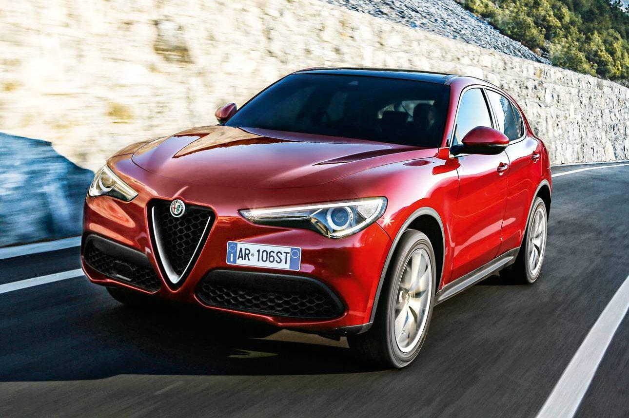 Alfa Romeo Stelvio vermelho visto de frente