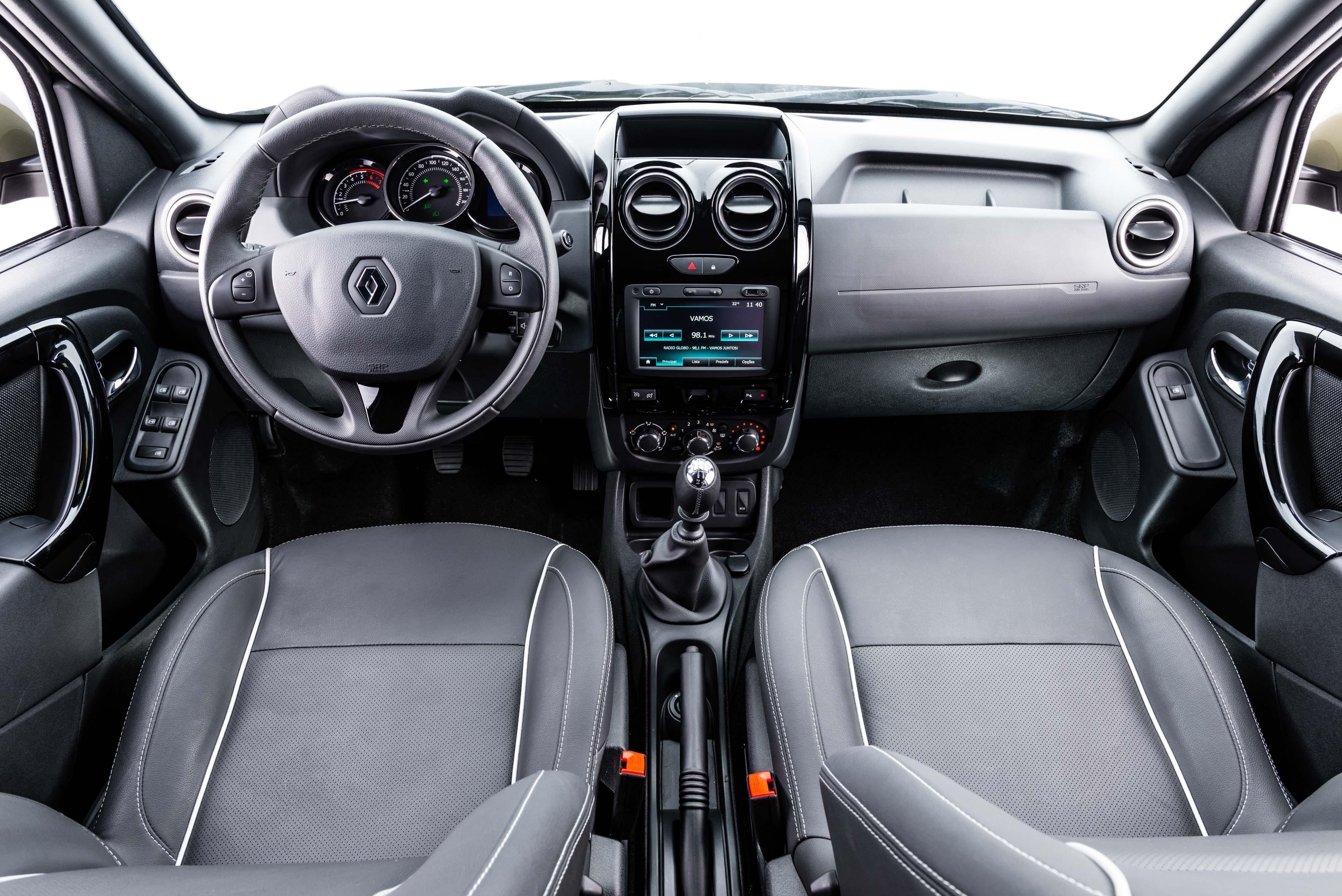 Interior é simples, mas versão Dynamique já traz central com GPS e piloto automático