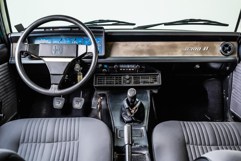 O modelo B mostra evolução na ergonomia: pedaleiras suspensas, alavanca de freio de mão entre os bancos e comandos na coluna de direção