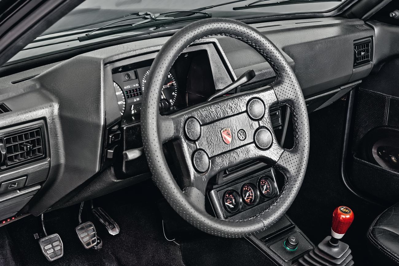 Era impossível esconder a origem Volkswagen das peças do interior, mas tinha seus luxos, como ar-condicionado e volante revestido de couro