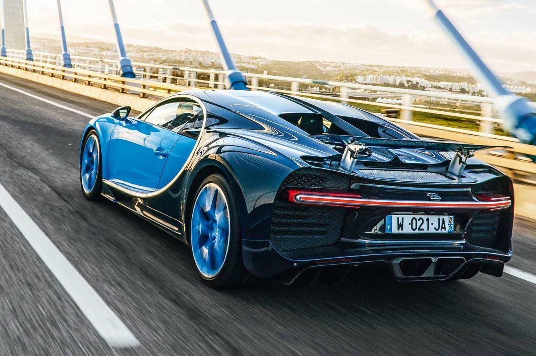 O motor é o mesmo W16 de 8 litros do Veyron. Mas os quatro turbos são maiores e há dois injetores