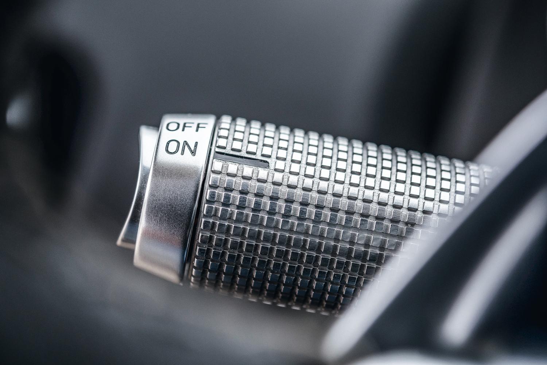 A alavanca do pisca é produzida em alumínio maciço