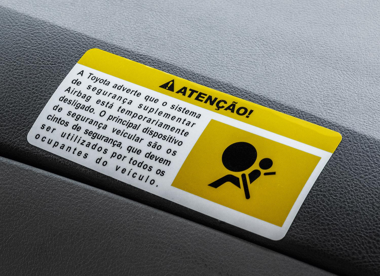 O adesivo de advertência é colado na primeira fase do recall, quando o airbag é desativado