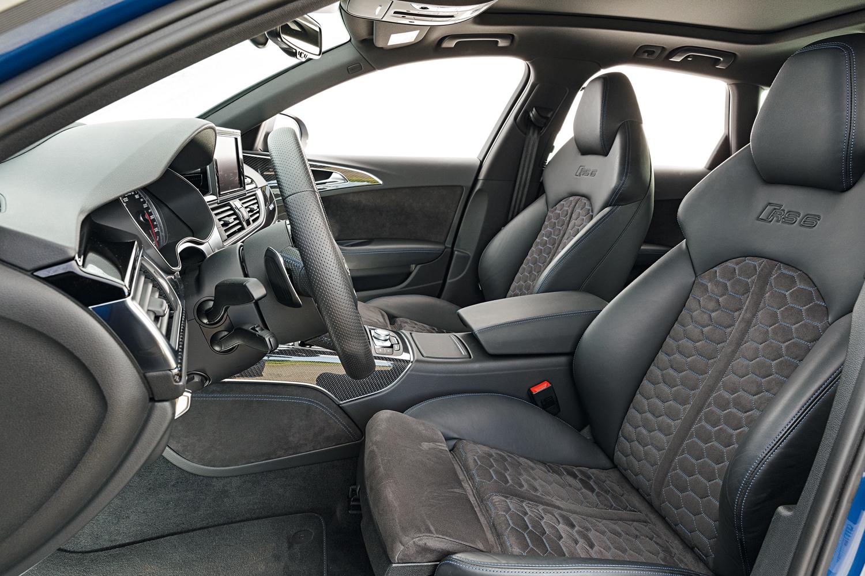 Interior com o pacote Design RS tem detalhes em azul, Alcantara e fibra de carbono aparente