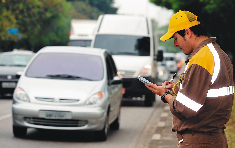 Agente da CET autuando automóveis em São Paulo
