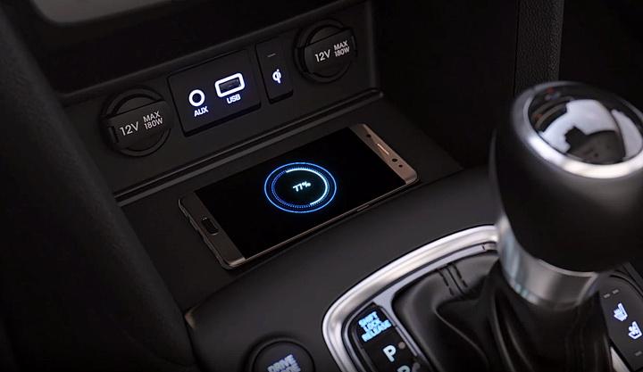 Corregador de celular sem fio fica no console central