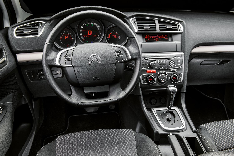 O interior tem bom padrão de acabamento e o painel conta com três módulos com indicadores digitais