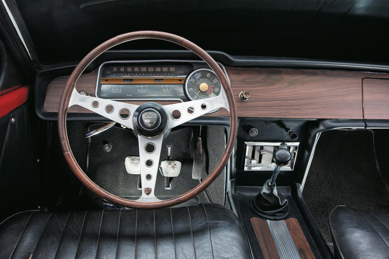 Volante ao estilo Alfa e painel revestido de jacarandá, com velocímetro horizontal