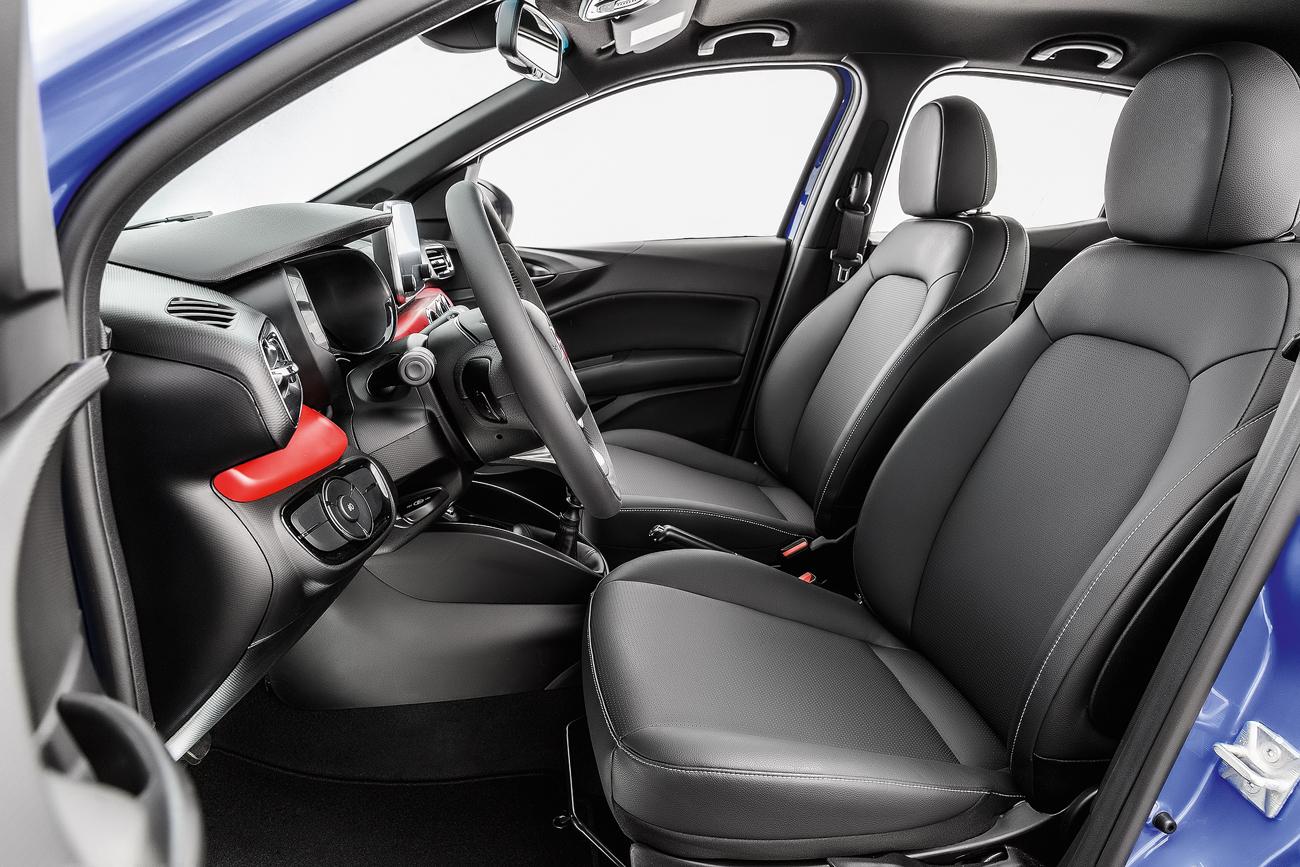 O acabamento interno supera todos os compactos atuais da Fiat. Sem plásticos duros e peças mal encaixadas