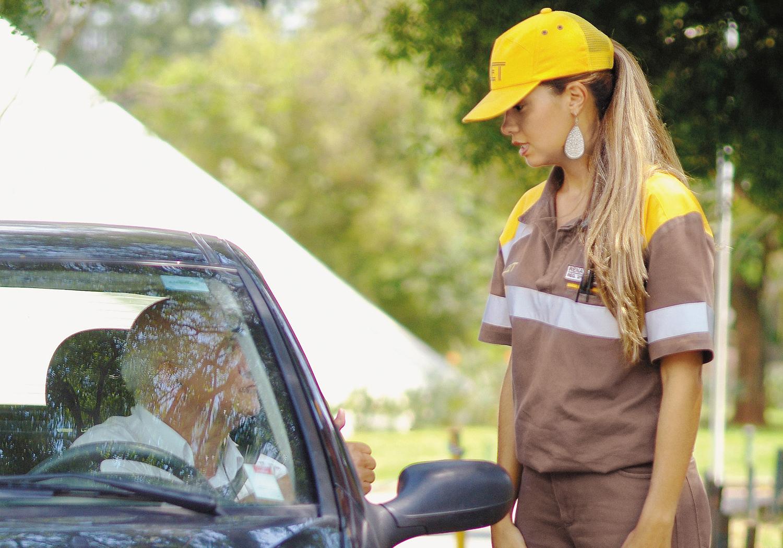 Agente da CET, Renata Dias, atendendo o motorista no Parque do Ibirapuera
