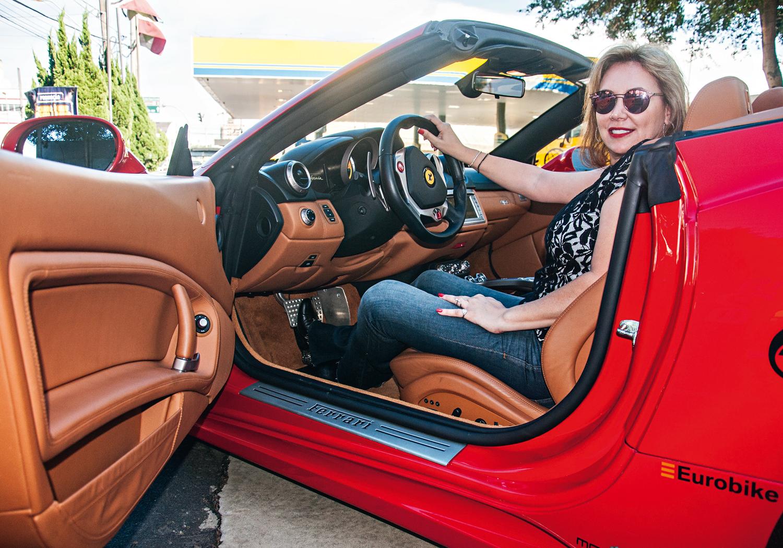 A empresária Gisele Genaro, única mulher a integrar a equipe a bordo de sua Ferrari