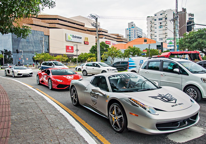 Cena comum: Ferrari seguida por duas Lamborguini Huracan