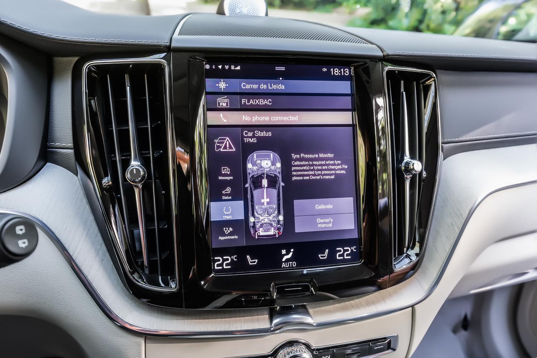 No painel, o monitor tipo tablet permite personalização dos sistemas do SUV