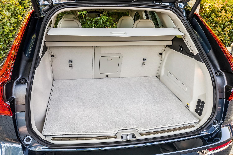 Porta-malas: piso elevado e volume interno de 380 litros