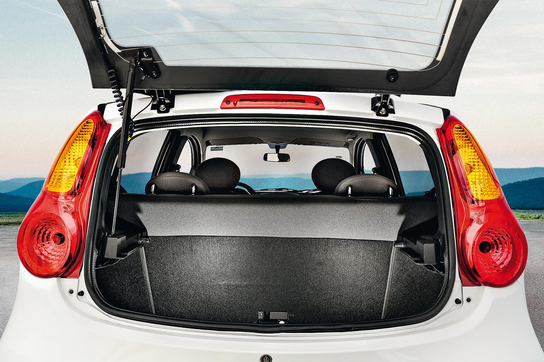 Porta-malas tem 160 litros e acesso bastante limitado pelo para-choque