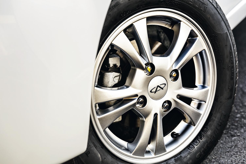 Rodas são de liga leve e os pneus aro 14