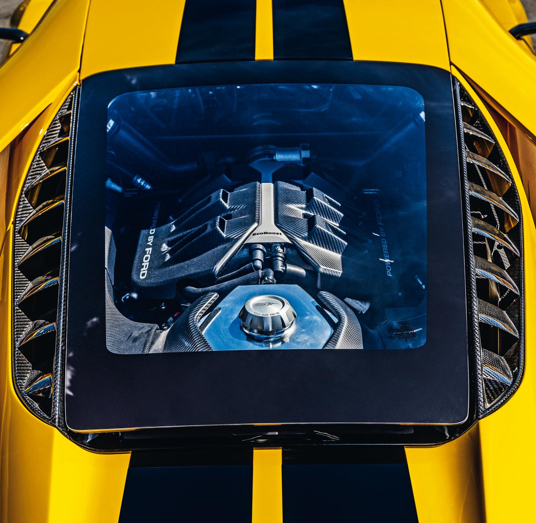 O motor V6 se revela pelo vidro traseiro