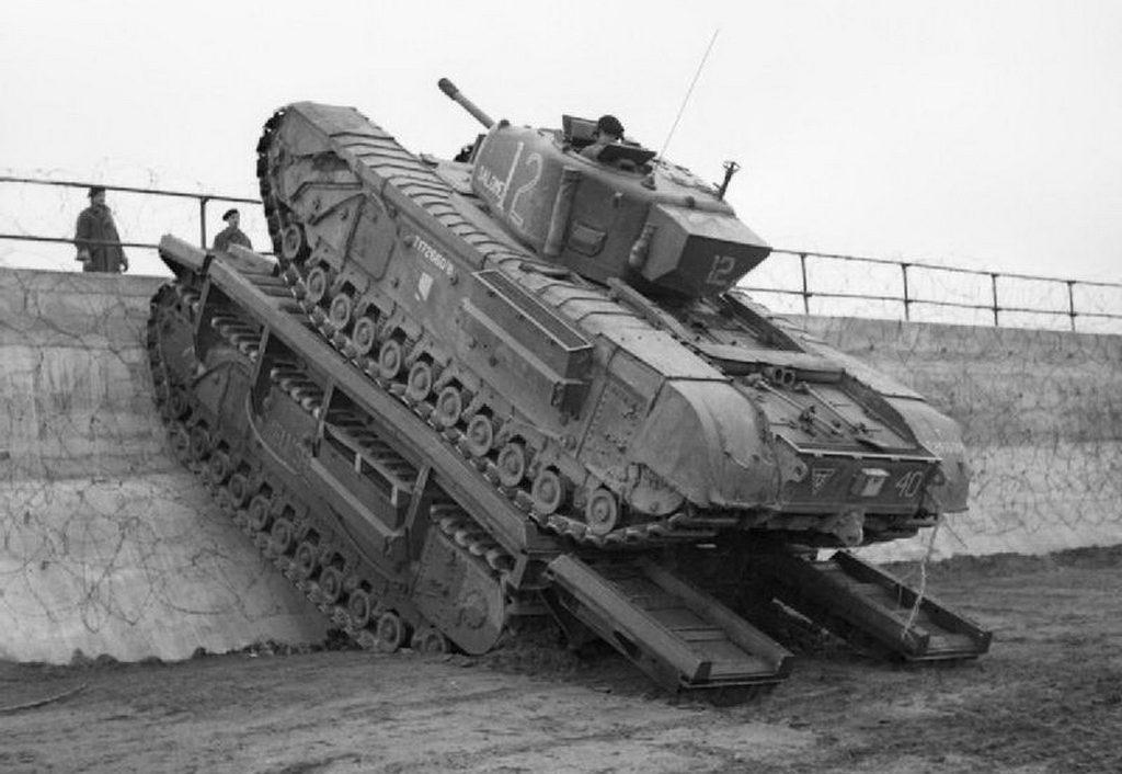 O Churchill Ark (embaixo) é o veículo que serve de plataforma para um tanque convencional Churchill superar um muro de contenção
