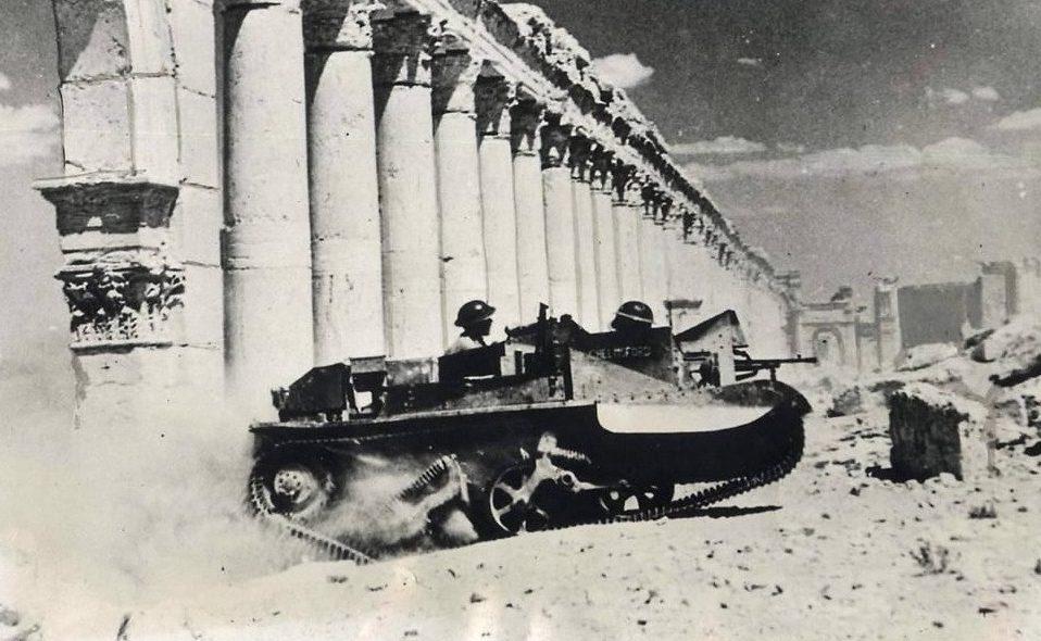 Um Bren Carrier avança por ruínas nos arredores de Roma