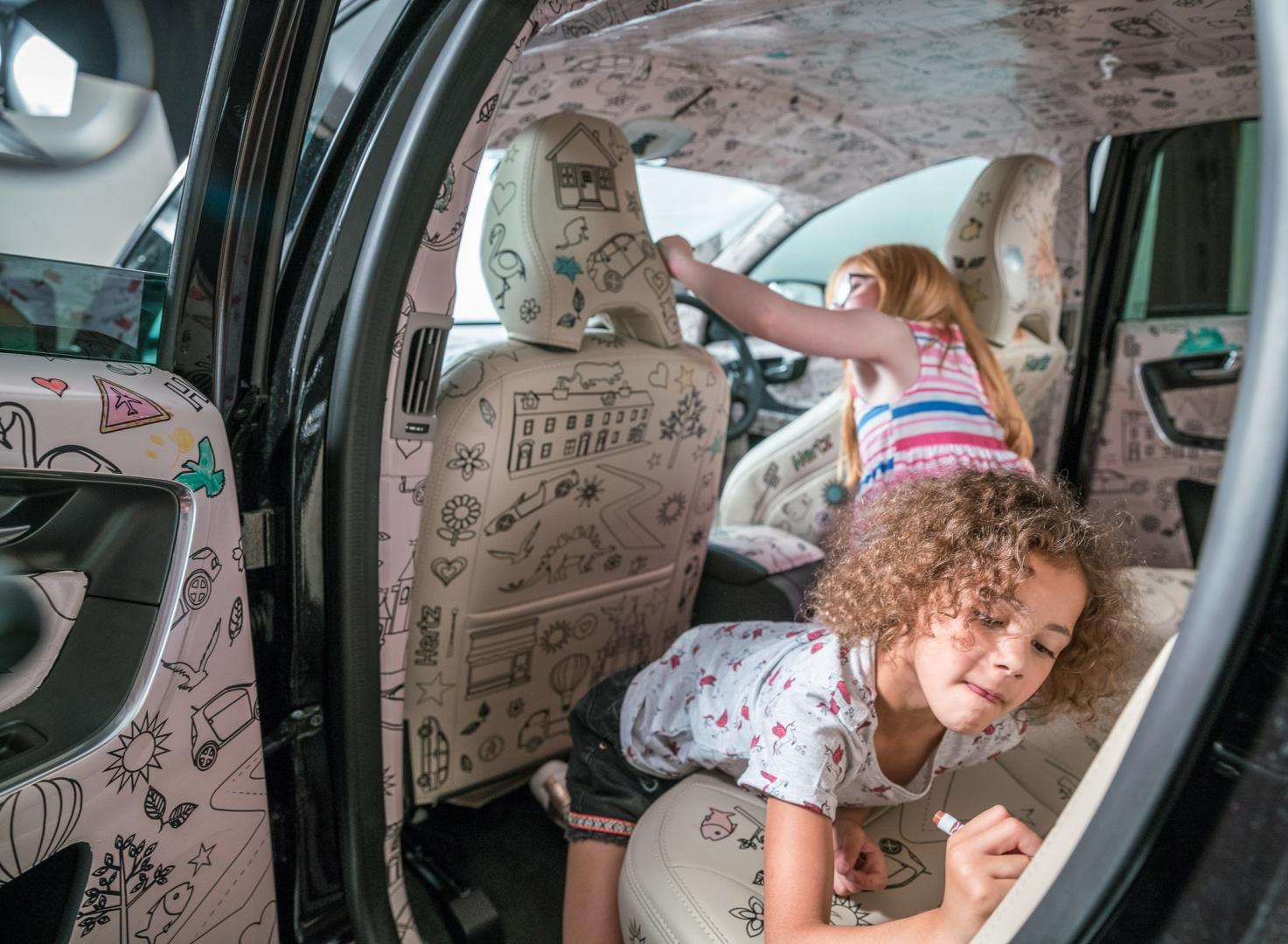 Foto de crianças dentro de um carro