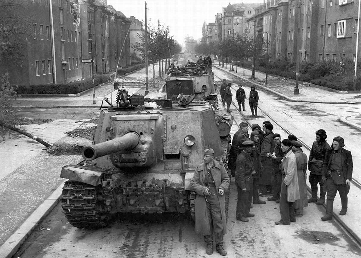 Canhões de assalto ISU-152 durante a batalha por Berlim, em 1945
