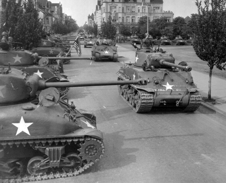 Tanques M4 Sherman americanos recém-chegados à Europa