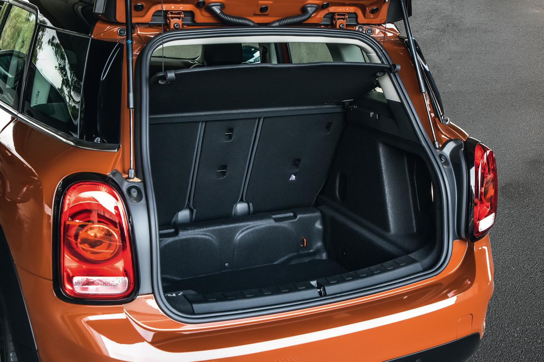 No porta-malas, uso de kit de reparo no lugar do estepe favorece o aproveitamento do espaço