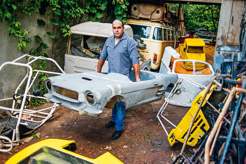 Em sua garagem de 600 m² tem de tudo: carcaças de fibra de vidro, miniaturas, chassis e quadriciclos