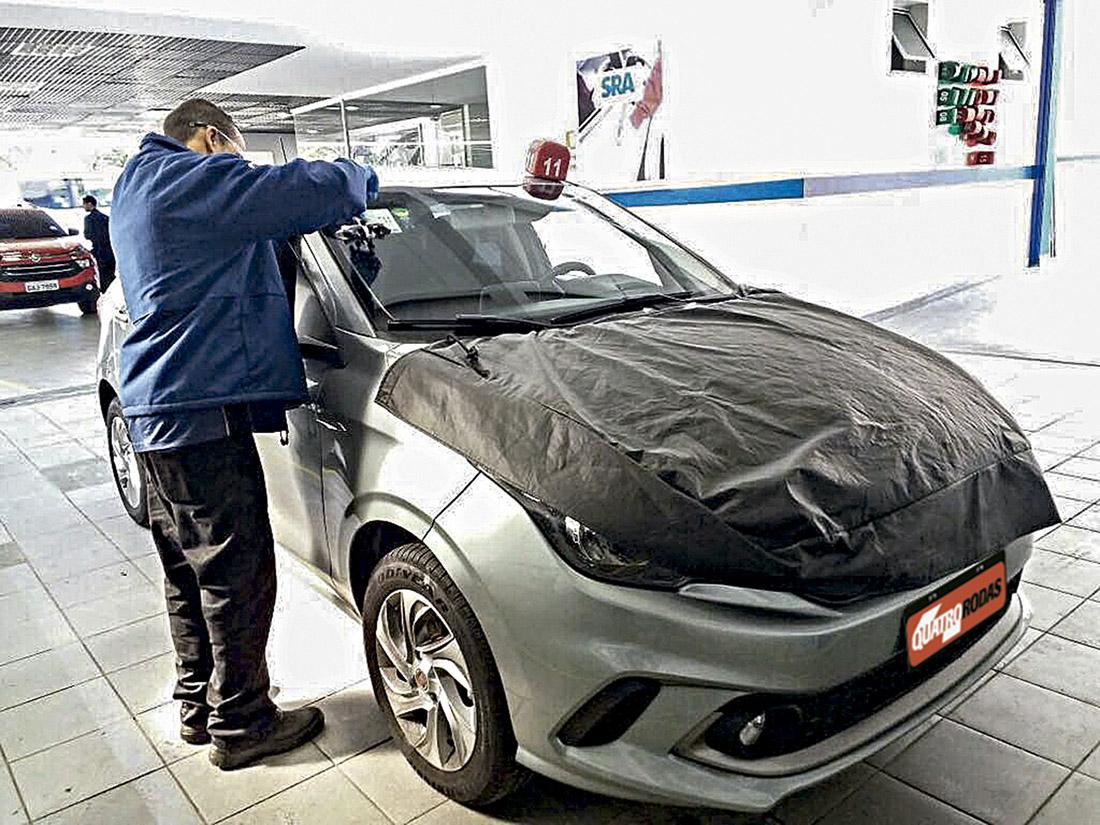 Fiat Argo passando por reparo no para-brisa
