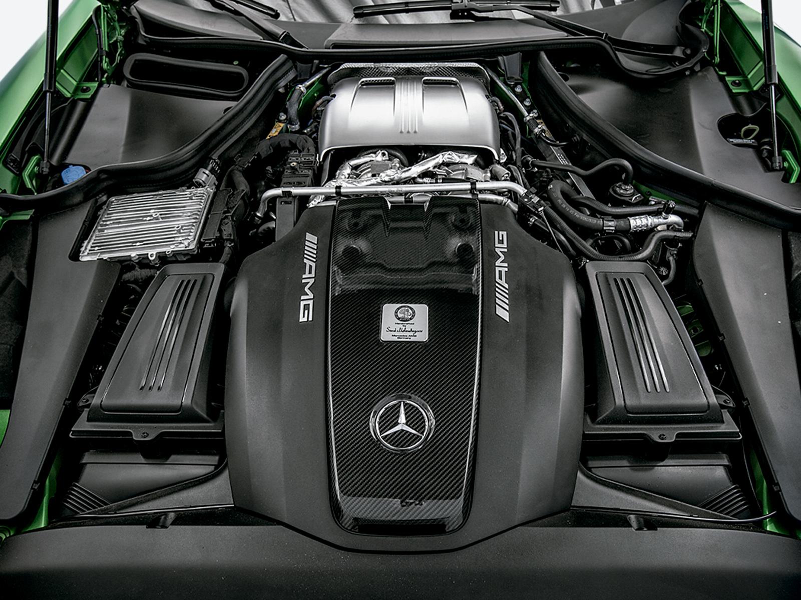 O V8 foi instalado na posição central dianteira